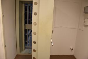Die Schließfächer sind oft durch eine zusätzliche Tresortür gesichert.